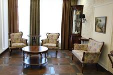 Шкаф для посуды Милан 4, витрина угловая Милан 6, консоль Милан 53, диван Каприо 9-11, Стол журнальный Палермо 10, кресла Каприо 12-11.